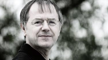 Politolog og professor emeritus ved Køln Universitet Christoph Butterwegge mener, at Angela Merkel blot har givet neoliberalismen et menneskeligt ansigt, og at Tysklands lavtlønsarbejdsmarked i længden vil splitte både Tyskland og Europa.