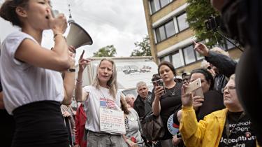 Information har tidligere dækket en demonstration foran jobcentret på Lærkevej i København, hvor borgere mødte op for at protestere mod reformer af arbejdsmarkedsområdet og støtte en 63-årig kvinde, der skulle møde op til en samtale, selv om hun på grund af sygdom måtte ligge ned under mødet. Københavns beskæftigelsesborgmester, Anna Mee Allerslev (R), talte til de fremmødte.