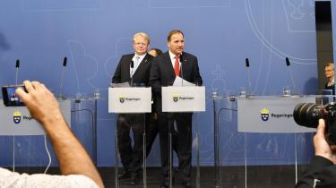 Den svenske statsminister, Stefan Löfven (t.h.) annoncerede i går på et pressemøde, at to ministre træder tilbage. Oppositionen havde krævet tre, men den tredje, forsvarsminister Peter Hultqvist (t.v.), blev fredet.
