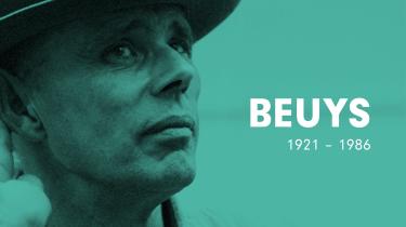 Performancekunstneren Joseph Beuys (1921-1986) var fra et andet sted. En kunstner uden kunst, der ikke lod sig fastholde, men havde et fast blik på sin samtid