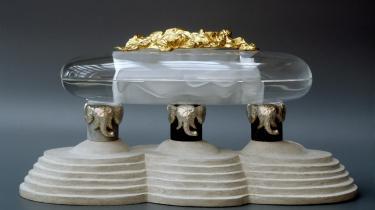 Prins Henrik ønsker ikke at blive begravet ved siden af sinhustru. Endikke selv om Bjørn Nørgaard siden 2010 har arbejdet på denne fine dobbeltsakrofag, hvor ægteparet kunne blivestedt til hvile sammen.(På billedet ses dog kun en model af sakrofagen).