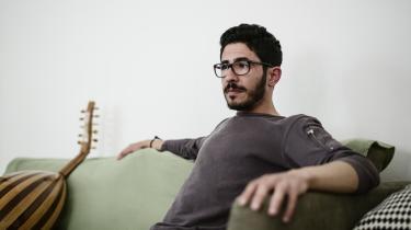 Da det østlige Aleppo blev belejret, blev Somar Alhamedeyeh og hans familie fanget i byen. Når bomberne faldt for tæt på, flyttede de til et andet sted i byen – selvom de godt vidste, at de jo ikke kunne forudsige, hvor de næste bomber ville falde. Men det gav en følelse af kontrol, fortæller Somar Alhamedeyeh, som spiller strengeinstrumentet oud.
