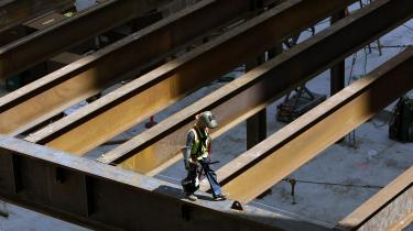 Arbejdere i i-lande, som disse amerikanske bygningsarbejdere i San Francisco, skal øge produktiviteten, hvis den økonomiske vækst skal fortsætte. Men det er imidlertid en kendsgerning, at evnen til produktivitetsvækst i i-landene er skrumpet i over et halvt århundrede.