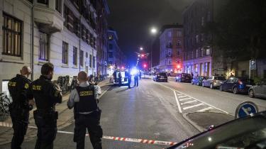 Politiet har afspærret en gade på Nørrebro, efter at en mand natten til lørdag blev ramt af skud i benet i den tredje skudepisode på et døgn i København. Ifølge et tidligere bandemedlem skal politiet stresse bandemedlemmerne så meget, at de ikke kan forlade deres lejlighed uden at blive mandsopdækket og kropsvisiteret