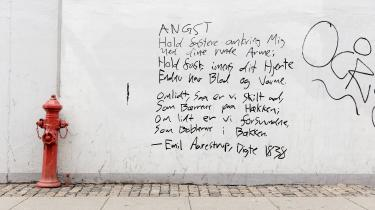 Emil Aarestrups rejse til Tyskland som livlæge til den dødssyge komtesse Amalie Raben, gav anledning til forfatterskabets måske skønneste erotiske digte, og til gisninger om de to rejsefællers, den syge og den raskes, desperate affære. Digtet 'Angst' er her skrevet på en mur i København i 2015.
