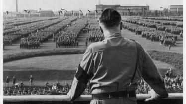 Grundlæggende anser idehistorikeren Frøland nazismen for at være en religionserstatning, hvor det tyske folk i særlig grad var modtageligt for drømmerier om ekstase og sammensmeltning på grund af en særlig romantisk arv. Det er denne arv, bogen handler om, og det er vel derfor, titlen taler om et idéunivers bag nazismen.