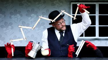 Så er det ellers bare om at holde øje med de røde hænder, når Ole Håndsbæk Christensen slår sig løs som komponisten i Lydmåleren på Marionetteatret.