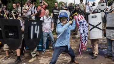 Mændene på billedet er klar til kamp i Charlottesville. De er ikke kun rustet med skjold og bat, men også med højreekstremistiske symboler