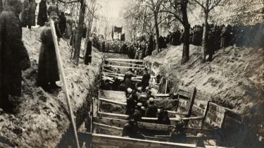 Ofre for den russiske revolution blev begravet i Moskva i 1917. Ingen anden ideologi end kommunismen – ikke engang fascismen – har så mange lig og ødelagte menneskeskæbner på samvittigheden. Opregner man alene antallet af døde, løber regningen for 100 års kommunisme op i 100 millioner. Foto: Mary Evans Picture Library