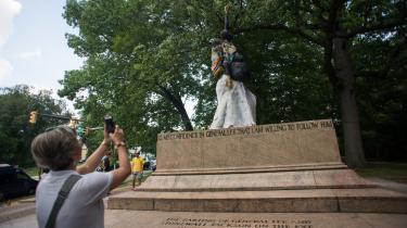I Charlottesville i USA har hvide nationalister demonstreret mod flytningen af en General Lee-statue fra en park i byen. General Robert E. Lee var en prominent figur i Sydstaternes kamp mod Nordstaterne under Den Amerikanske Borgerkrig. En historisk figur, ja, men også en virkelig person, der kæmpede for retten til at slavegøre mennesker og fortaler for den antagelse, at hvide er hævet over andre.