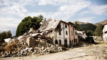 Således ser der ud i den lille italienske by Amatrice knap et år efter jordskælvet. Også i andre småbyer halter genopbygningen gevaldigt.