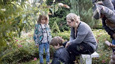 Stine og hendes mand, Mikkel Willum Johansen, og deres tre drenge Konrad, Viggo og Bertram besøger jævnligt Klemens' grav på Assistens Kirkegård på Nørrebro i København.