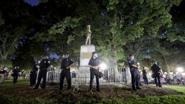 Ifølge professor Vincent Hutchings er amerikanerne egentlig ikke så optagede af sydstatssymbolerne som sådan. Men mange reagerer på ønsket om at fjerne dem og ser det som udtryk for en aggressiv 'liberal elitekultur', der udfordrer en i forvejen presset gruppe hvide amerikanere. Her beskytter politiet et monument mod demonstranter.