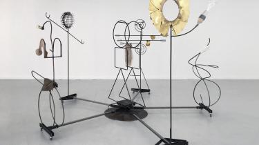 Udstillingens titelværk, 'This Will Also Change' , består af en karrusel på hjul med fem indtagende jernfigurer, der blander abstrakte geometriske former med figurative elementer såsom et nylonstrømpebryst, en glaspenis og en langhåret, syntetisk paryk.