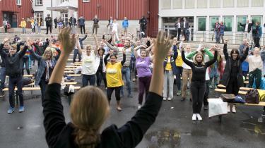 Det norske parti Miljøpartiet De Grønne danser på det norske folkemøde, Arendalsukan. De danser for at skabe en bevægelse, en ny politisk kultur, og de er inspirerede af danske Alternativet. Landets yngste partileder Una Bastholm fører an fra scenen.