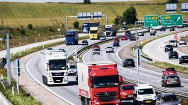 Flere spor på motorvejen i Østjylland er et af de tiltag regeringen har på vej til bilisterne.