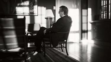 Per Stig Møller beskriver i sine erindringer et farceagtigt slutforløb omkring Anders Fogh Rasmussens NATO-kandidatur i 2009. Mens udenlandske diplomater og politikere fortalte ham, at NATO-posten var hjemme, fortalte statsministeren herhjemme stadig alle, at han ikke var kandidat til posten som generalsekretær