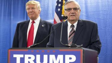 Forhenværende sherif i Maricopa, Arizona, Joe Arpaio er kendt for din hårde fremfærd mod immigranter og dømt for at nægte at adlyde rettens påbud. I nat benådede Trump ham og kaldte ham en patriot, der »har holdt Arizona sikker«