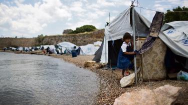 Syrisk flygtning i lejr i Grækenland denne sommer. I et værk af den italienske kunstner Franco Berardi sammenligner han lejrene med Auschwitz. Installationen blev dog droppet af Documenta i Kassel på grund stor kritik i Tyskland.