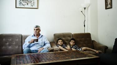 Den syriske læge Solaiman Shebli var jaget vildt fra oprørets første dag. På sin lille klinik i landsbyen Aqrab forsøgte han at redde hundredvis af ofre fra regimets angreb med alt fra kalasjnikover til tøndebomber. Fire gange måtte han flygte til en anden by for at undgå at blive arresteret. Da bombeflyene også nåede dertil, gav han op. I dag bor han med sin familie i Holme Olstrup