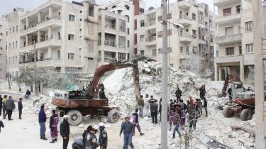 Redningsarbejdere i gang med at lede efter lig i de sammenstyrtede bygninger i Kusur i Idlib-provinsen efter et luftangreb i april. I dag er Idlib-provinsen overtaget af Tahrir al-Sham, der indtil for nylig var en del af al-Qaeda.