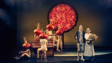 Simon Kvamm har remixet den danske sangskat til en forunderlig og smertefuld teaterkoncert på Aarhus Teater. Med skøn blåmejse, desperat havmand og døden lige i hælene