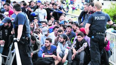 På grænsen til Østrig og på Münchens hovedbanegård ankom flygtninge i hundredtusindvis i september 2015, og især banegården blev det store symbol på krisen. Og på den tyske tackling af den. Her i valgåret fylder flygtningeemnet stadig i Tyskland, men det er langt fra det, der optager vælgerne mest.