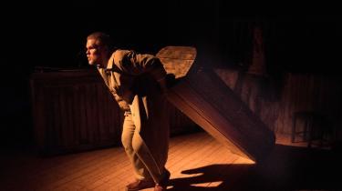 Limfjordsteatret går ikke ad vejen for en ligopgravning i Lasse Popps groteske og særprægede teaterforestilling 'Doktor Carl von Cosels hemmeligheder'