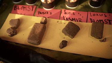 Selvom Christianias hashboder blev revet ned for et år siden, ligger varerne stadig frit fremme i mere mobile boder.
