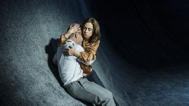 Rollebytning. Morten Kirkskov og Sofie Gråbøl i Det Kongelige Teaters nye opsætning af Bergmans 'Scener fra et ægteskab'.