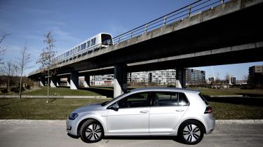Ifølge Dansk Elbil Alliance vil regeringens forslag betyde, at prisfaldet på hhv. en benzin- og eldrevet Golf fra Volkswagen vil være på 20.000 kr. og 3.000 kr. Altså er gevinsten langt større ved køb af benzinmodellen.