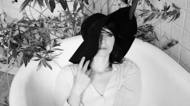 Sangerinden Kira Skov tager snart hul på sin turné. Det er første gang, hun skal ud i landet og optræde, siden hun mistede sin mand.