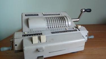 Jan Hjulmand sælger en regnemaskine med håndsving, fra 1950erne eller 1960erne.