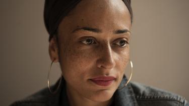 For Zadie Smith er tørklædet først og fremmest en praktisk løsning, det er en måde at spare tid på. Men det er også en måde at markere sit tilhørsforhold til Jamaica og Vestafrika: 'Mere end halvdelen af verdens kvinder bærer en form for tørklæde. Det er et søsterskab, jeg holder af at være en del af,' siger forfatteren.