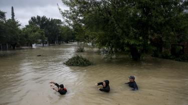 29. august, Houston, USA: Folk går med vand til halsen ned ad Pine Cliff Drive i Houston, efter voldsomt regnfald og orkanen Harvey har skabt kaotiske tilstande i millionbyen.