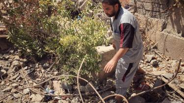 Hisham Mohsen har mistet sin familie under slaget om Mosul og leder nu i ruinerne efter deres lig. »Jeg græder kun lidt ad gangen, du ved. Jeg har fængslet smerten i mit indre for at bevare viljestyrken.«
