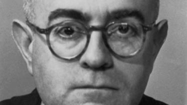 Ifølge Adorno har filosofiens historie været behersket af kravet om identitet. Ved at opløse det partikulære i almenbegreber har filosofien forsøgt at skabe en harmonisk orden og bandlyse enhver selvmodsigelse. Men identiteten er falsk, og denne indsigt er grundlaget for den måde at bedrive filosofi på, som Adorno kalder 'negativ dialektik'.
