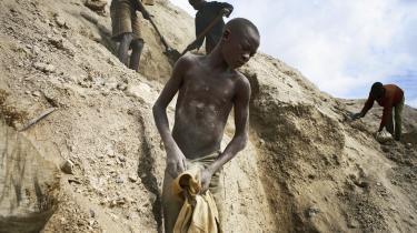 En ung dreng i en koboltmine cirka 20 kilometer uden for den congolesiske by Lubambashi. Ifølge en UNICEF-opgørelse fra 2012 har 40.000 drenge og piger arbejdet congolesiske miner, heriblandt mange miner med koboltudvinding.