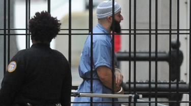 Det er ikke kun svælgen i menneskelig ondskab, der fascinerer vedgenren True Crime,men ogsåde tvivlsomme domsafsigelser og de brister i retssystemet, der bliver afsløret. Sådan som det blandt andet skete i podcasten 'Serial', der handlede omAdnan Syedog mordet på hans ekskæreste.