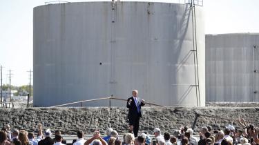 Donald Trump holdt i går tale ved Mandan-raffinaderiet, ejet af selskabet Andeavor og med en kapacitet til at forarbejde 74.000 tønder olie om dagen, primært fra det store Bakken-skiferoliefelt i North Dakota. Trump synes fortsat ikke at se nogen sammenhæng mellem afbrændingen af fossile brændsler og den globale opvarmning, der gør Atlanterhavet varmere og de tilbagevendende orkaner hidsigere.
