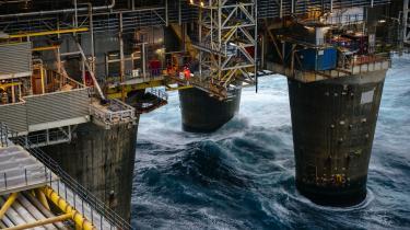 Olieindustriens massive tilstedeværelse tages for givet i Norge, siger professor i statskundskab Espen Moe. Han karakteriserer folkestemningen således: »Olieindustrien er der bare, den er en del af samfundets struktur, så lad os se, hvad vi kan gøre (i forhold til klimaet, red.) på andre områder.«