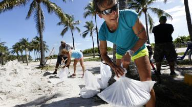 Indbyggere og turister i Miami Beach forbereder sig på Irmas ankomst. Her hjælperAndrea Ratkovic, 51, fra Oklahoma med at lave sandsække.