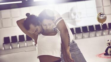 Simon Mathew og Olivia Joof Lewerissa er intense i rollerne som Amlet og Felia, der ikke må få hinanden i Caspar Erics interessante dramatikerdebut #AMLET på Aarhus Teater.