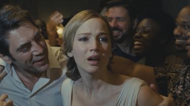 Død og ødelæggelse vælter ind over ægteparret i Darren Aronofskys film 'mother!', og Jennifer Lawrences moderfigur oplever de mest vanvittige ting, men bliver ved med at kæmpe – for sig selv, for sit ufødte barn, for sit ægteskab.
