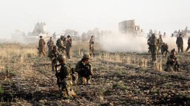 De shiamuslimske militser Hizbollah Brigaderne og Badr-organisationen, som begge støttes af Iran, har mobiliseret deres krigere ved byen Tuz Khurmatu syd for Kirkuk. Irakiske shiamilitsledere mener, at de kurdiske peshmergastyrker (billedet) provokerer ved at udstationere en hel division nær Kirkuk.