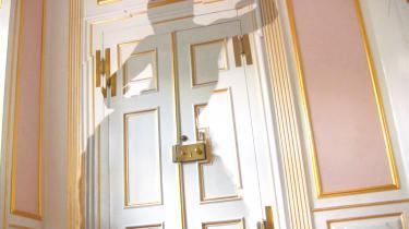 I Jeannette Ehlers video 'Black Magic in the White House' danser en usynlig skygge rundt i statsministerboligen Marienborg, der blev bygget med midler fra trekantshandlen.