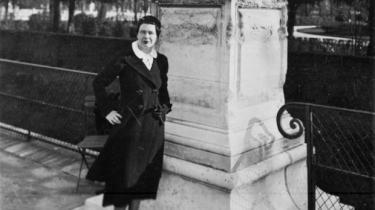 Marguerite Yourcenar blev født i juni 1903 i Bruxelles og døde i december 1987 i Maine, USA. Syv år inden sin død trådte hun, som den første kvinde nogensinde, ind i Det Franske Akademi.