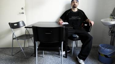 Bandelederen Danny Abdalla er blevet udvist fra Danmark to gange – for grov narkokriminalitet og røveri – men fordi han angiveligt erdødsdømt i Libanon, er han ikke blevet udsendt og har derfor levet på tålt ophold. Senere blev han pålagt daglig meldepligt i Sandholm, men i 505 dage i træk mødte han ikke op og har i stedet brugt tiden – ifølge et nyt anklageskrift – på en lang række skyderier, narkokriminalitet, afpresning og flere voldtægter.