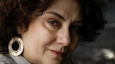 Generelt er udvalget af internationalt anerkendte forfattere fra Mellemøsten, som for eksempel iransk-armenske Zoya Pirzard (t.v.), meget lille. Pirzard skriver blandt andet om at være mor til tre og leve et iransk forstadsliv – og forelske sig i sin gartner. Og det er netop fortællinger om det almindelige liv, de danske læsere går glip af.