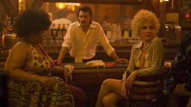 LuderenCandy (Maggie Gyllenhaal, th.) og en af hendes kolleger slapper af i Vincents (James Franco) bar i David Simons nye tv-serie, 'The Deuce'. Foto: HBO